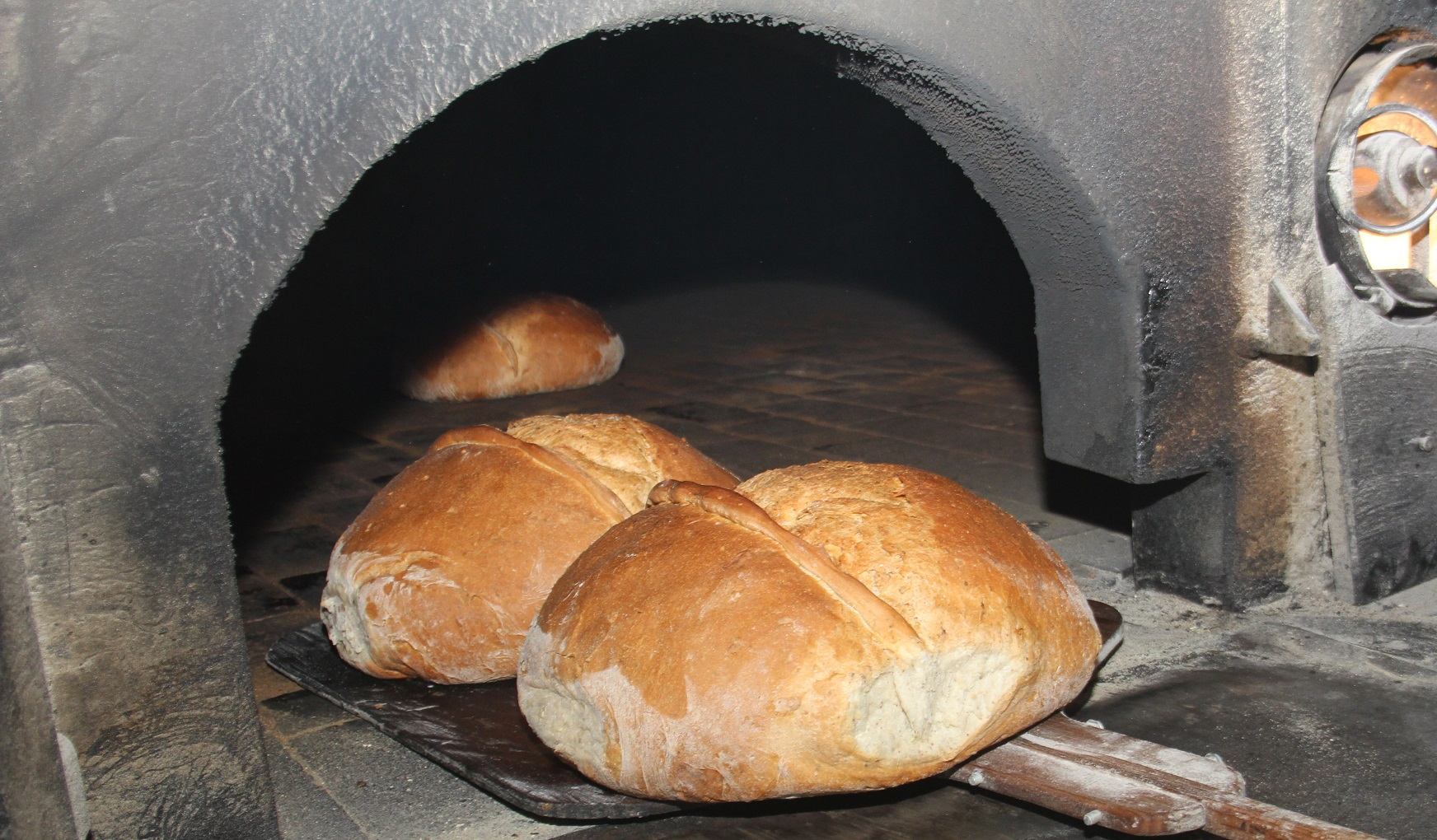 Trabzon'da asırlık fırında fındıklı ekmek..